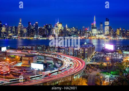 Skyline von New York City über The Helix-Loop. - Stockfoto