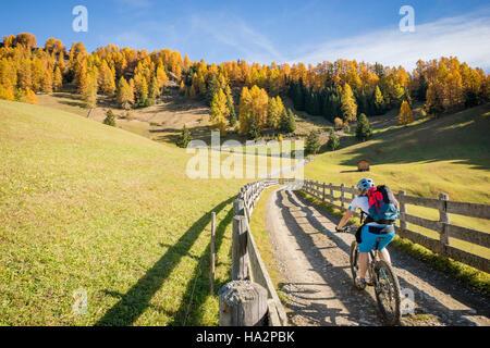 Frau-Mountainbiken in den Dolomiten, Südtirol, Italien - Stockfoto