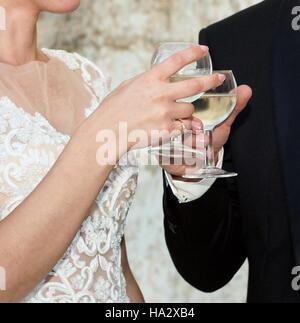 Braut und Bräutigam machen einen festlichen toast - Stockfoto