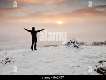 Rückansicht eines Mannes stehend in Winterlandschaft, Island - Stockfoto