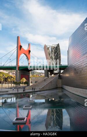 BILBAO, Spanien - März 7: Guggenheim Bilbao Museum am 7. März 2010 in Bilbao, Spanien. Von Frank Gehry entworfen, - Stockfoto