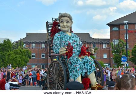 """""""Oma-Riese"""", einer der französischen Puppenspieler """"Royal De Luxe"""" riesige Marionetten, ist auf Rädern durch die - Stockfoto"""