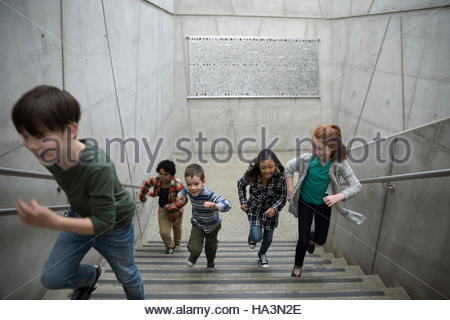 Energetische Kinder angerannt Treppen - Stockfoto