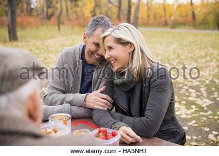 Liebevolle paar Picknick am Tisch im Herbst park - Stockfoto