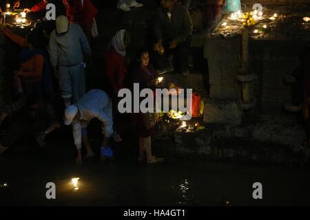 Kathmandu, Nepal. 27. November 2016. Eine nepalesische hinduistischen Anbeter mit Öllampen bietet Gebete in Erinnerung - Stockfoto