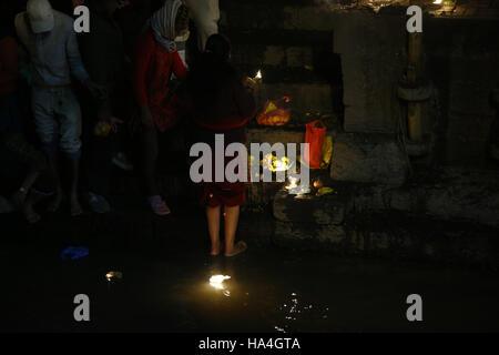 Kathmandu, Nepal. 27. November 2016. Eine nepalesische hinduistischen Anbeter Sonntag, 27. November 2016 Öllampen - Stockfoto