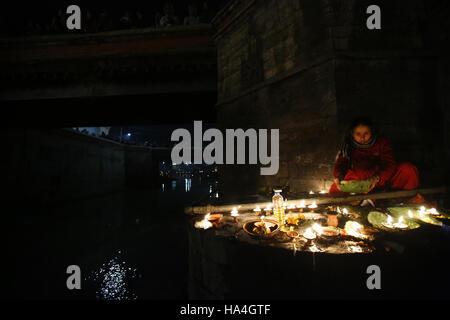 Kathmandu, Nepal. 27. November 2016. Eine nepalesische hinduistischen Anbeter leuchtet Öllampen in Erinnerung an - Stockfoto