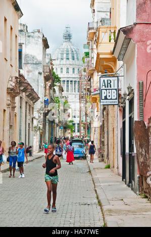 Havanna, Kuba - 10. September 2016: Ansicht der Gruppe von Menschen zu Fuß in Havanna Straße mit Capitol Gebäude - Stockfoto