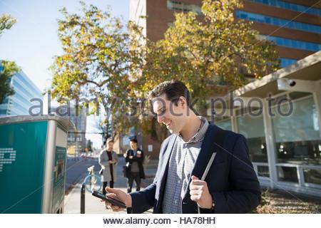 Kontaktloses Bezahlen mit Parkuhr auf städtischen Bürgersteig Geschäftsmann - Stockfoto