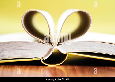 Offenes Buch, Seiten in der Form eines Herzens - Stockfoto
