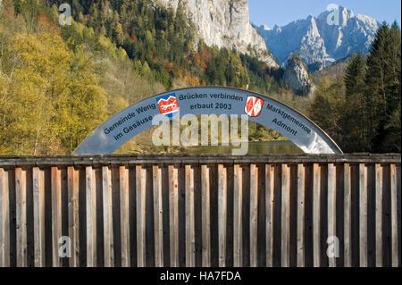 Brücke über der Enns nahe dem Eingang zum Gesäuse, Nationalpark Gesäuse, Steiermark, Austria, Europe - Stockfoto