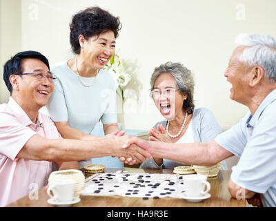hochrangige asiatische Männer Händeschütteln zum Jahresende ein Weiqi-Spiel. - Stockfoto
