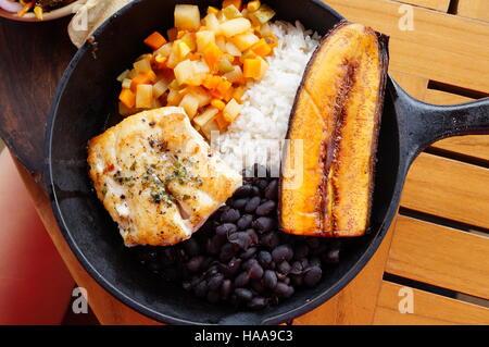 Traditionellen costaricanischen Casado Mahlzeit mit Reis, Bohnen, Bananen und Fisch - Stockfoto