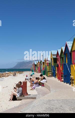 Menschen am Strand, Muizenberg, Kap-Halbinsel, Südafrika - Stockfoto
