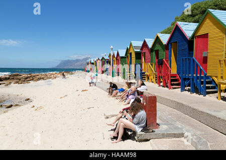 Touristen und farbenfrohe Strandhütten, Muizenberg Beach, Cape Peninsula, Südafrika - Stockfoto