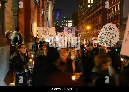 New York, USA. 28. November 2016. Künstler und Aktivisten halten eine Mahnwache und Demonstration vor dem Puck Gebäude - Stockfoto