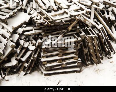 29. November 2016 - eine Menge von gebrauchten Holzpalette im Schnee © Igor Golovniov/ZUMA Draht/Alamy Live News - Stockfoto