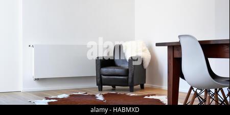 Sessel, zerstört von einer Katze in einem weißen loft - Stockfoto