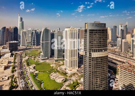 Eine Skyline-Blick auf Jumeirah Lakes Towers, Dubai, Vereinigte Arabische Emirate. Dubai Marina ist im Hintergrund. - Stockfoto
