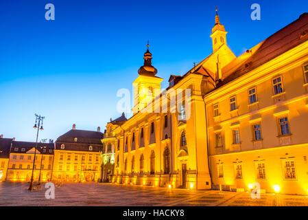 Sibiu, Rumänien. Twilight-Bild des großen Ring, Transylvania. - Stockfoto