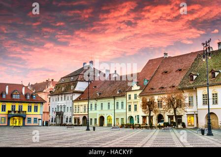 Sibiu, Rumänien. Bunte Wolken am Sonnenaufgang, großen Ring in Sibiu, Transylvania. - Stockfoto