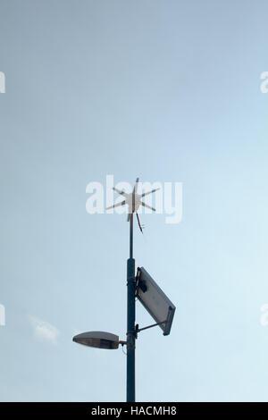 Wind und solar betriebene Laternenpfahl - Stockfoto