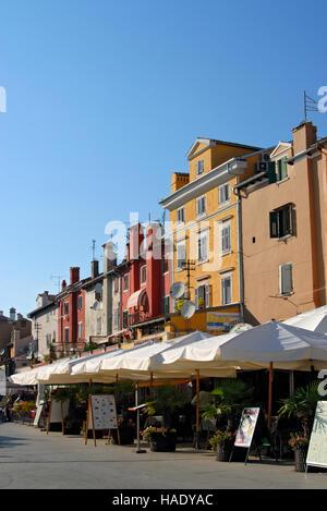 Reihe von Restaurants im Freien, dem wichtigsten Platz der Stadt Rovinj, Istrien, Kroatien, Europa - Stockfoto