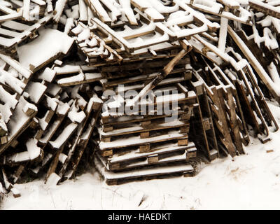 ein Großteil der verwendeten Holzpalette im Schnee - Stockfoto