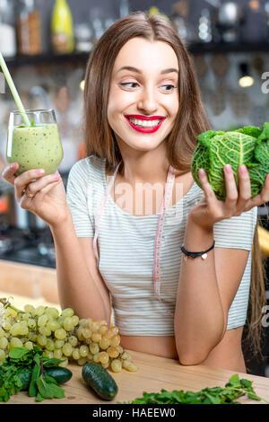 Frau mit grünen smoothie - Stockfoto