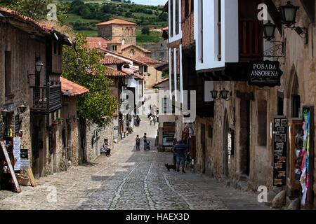 Santillana Del Mar, mittelalterliches Dorf in Kantabrien, Spanien. Eine der Stationen der Transcantabrico Gran Lujo - Stockfoto