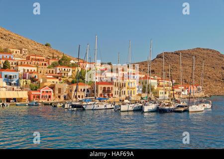 Yacht-Liegeplätze in Chalki Stadt, griechischen Insel Chalki abseits der nördlichen Küste von Rhodos, Dodekanes - Stockfoto