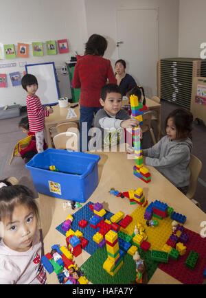 Junge Kinder bauen mit Lego-Bausteine in einem Kindergarten in Manhattan auf der Lower East Side. - Stockfoto
