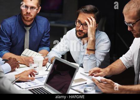 Nachdenklich oder müde Geschäftsmann anhören eines Kollegen zu treffen - Stockfoto