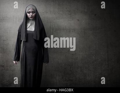 Gruselige Teufel Nonne für Halloween Konzept Bild - Stockfoto