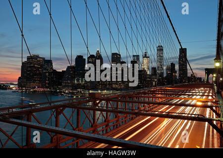 Downtown Manhattan bei Sonnenuntergang gesehen aus Brooklyn Bridge, New York, USA. - Stockfoto