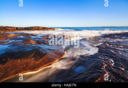 Wellen an der felsigen Sandstein Küste unter Red Bluff im Kalbarri National Park - Stockfoto