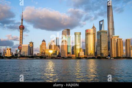 Sonnenuntergang HuangPu River - ein Blick auf den Sonnenuntergang der Wolkenkratzer von Lujiazui Pudong New Area - Stockfoto