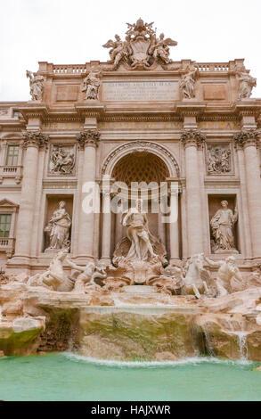 Erstaunliche Statuen an den Trevi-Brunnen in Rom - Stockfoto