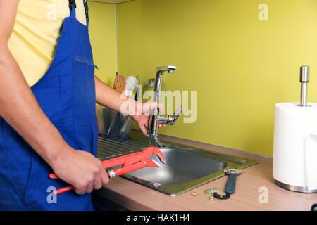 Excellent Klempner Arbeiten In Der Heimischen Kche Wasserhahn Reparieren  Stockfoto With Kche Reparieren
