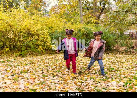 Zwei kleine Mädchen, die Spaß im Herbst park - Stockfoto