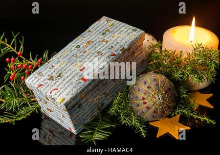 Weihnachtsdekoration, Box mit bunten Weihnachtsthema, zündete die Kerze an, Hand gefilzt und bestickte Christbaumkugel - Stockfoto
