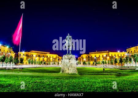 Skanderbeg-Platz mit seiner Statue in Tirana - Albanien - Stockfoto