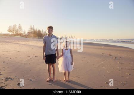 Bruder und Schwester Hand in Hand am Strand, straffende lieben - Stockfoto