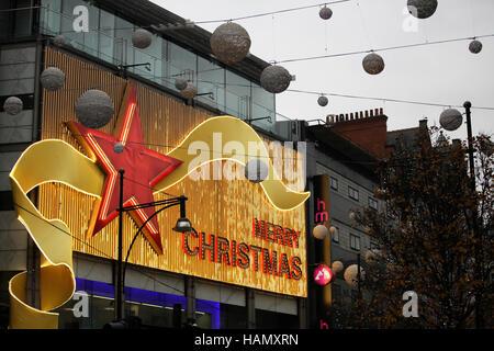 Oxford Street, London, UK. 2. Dezember 2016. Hunderte von Weihnachts-Einkäufer auf der Oxford Street mit nur 22 - Stockfoto
