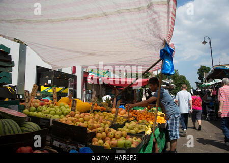 Ein Marktstand verkaufen Frische Markt Obst in East Street aka The Lane in Southwark SE17, London, England - Stockfoto