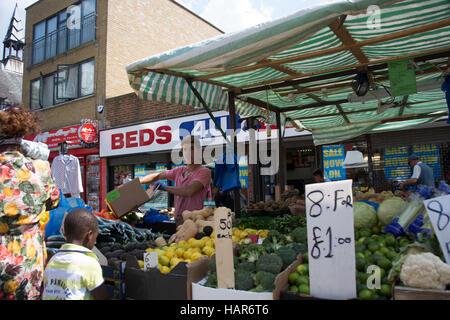 East Street Market in London Southwark SE17. Marktstand verkaufen frisches Obst und Gemüse auf dem lokalen Markt, - Stockfoto