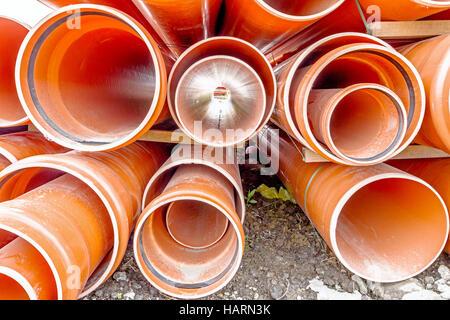 Angeordnet, Kanalisation, die Rohre darauf warten, in den Graben auf Baustelle platziert werden. - Stockfoto