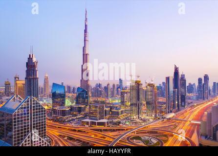 Blick auf moderne Wolkenkratzer und belebten Abend Autobahnen in Luxus Dubai City, Dubai, Vereinigte Arabische Emirate - Stockfoto