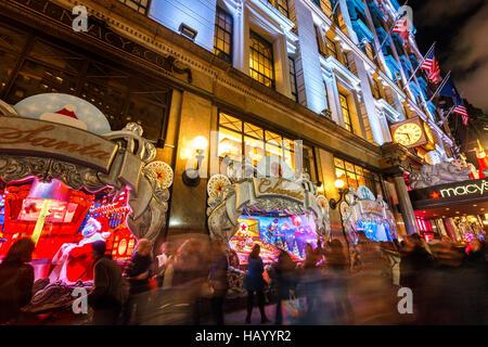 Macy's (Kaufhaus) mit Weihnachtsbeleuchtung und Urlaub-Fenster wird angezeigt. Midtown Manhattan, New York CIty - Stockfoto