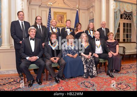 Washington DC, USA. 3. Dezember 2016. US Staatssekretär John Kerry posiert für ein Gruppenfoto mit 2016 Kennedy - Stockfoto